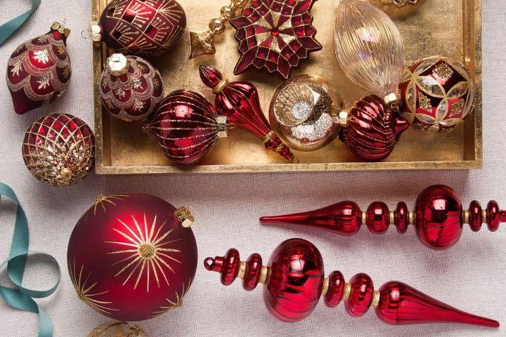Set aus bordeauxroten und goldenen Weihnachtskugeln