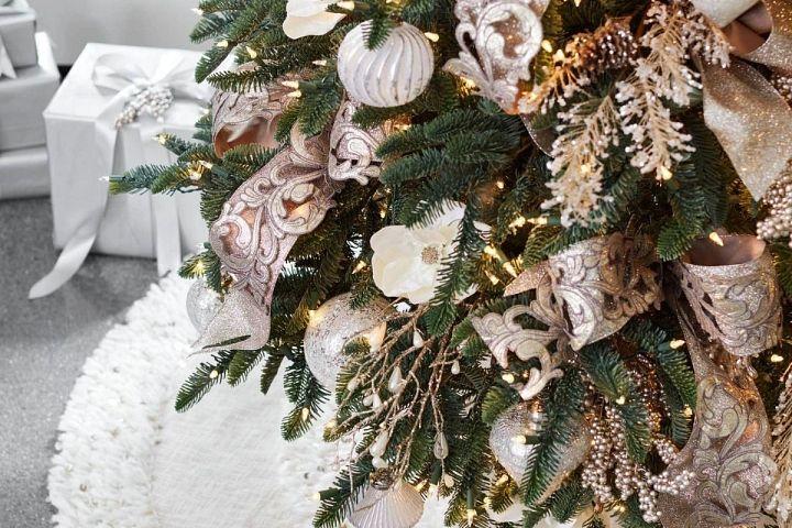 Goldene und champagnerfarbene Bänder an einem Weihnachtsbaum