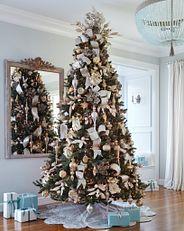 Ein Weihnachtsbaum mit silber- und goldfarbenem Baumschmuck