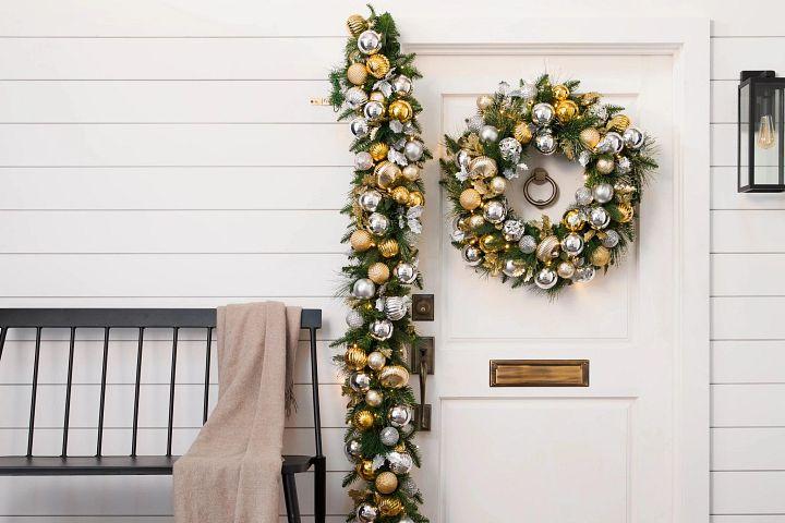 Eingangstür, die mit einem Weihnachtskranz und einer Girlande geschmückt ist.