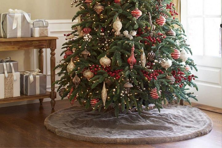 Weihnachtsbaum mit Weihnachtsbaumdecke aus Kunstfell