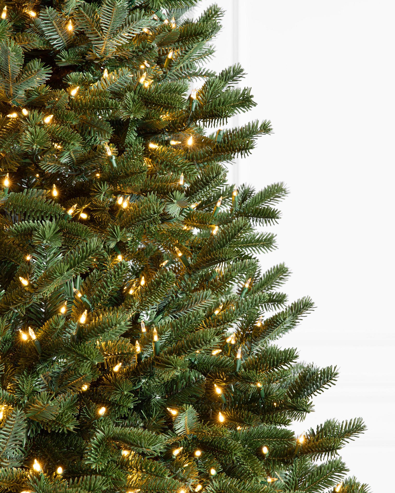 Weiße LED-Leuchten am Weihnachtsbaum