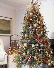 Ein Weihnachtsbaum, der im Landhausstil dekoriert ist.