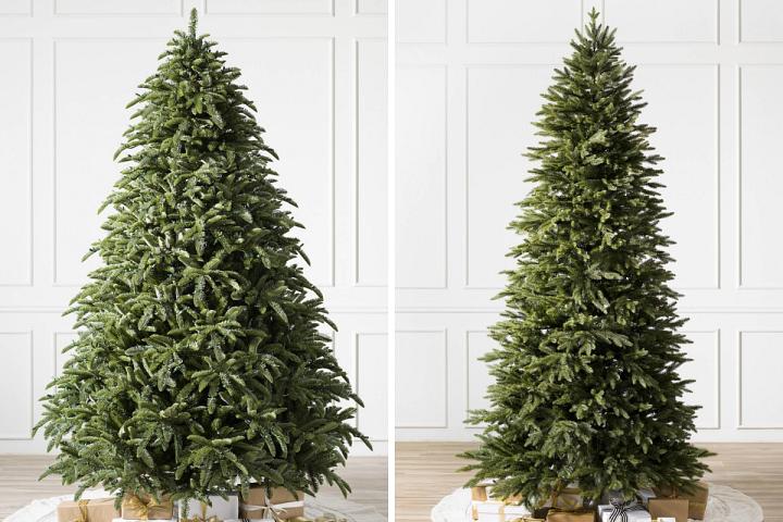 zwei unbeleuchtete künstliche Weihnachtsbäume in einem weißen Raum
