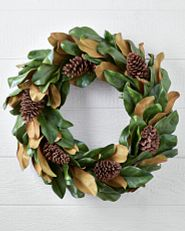 Unbeleuchteter, künstlicher Weihnachtskranz mit künstlichen Magnolienblättern und Tannenzapfen