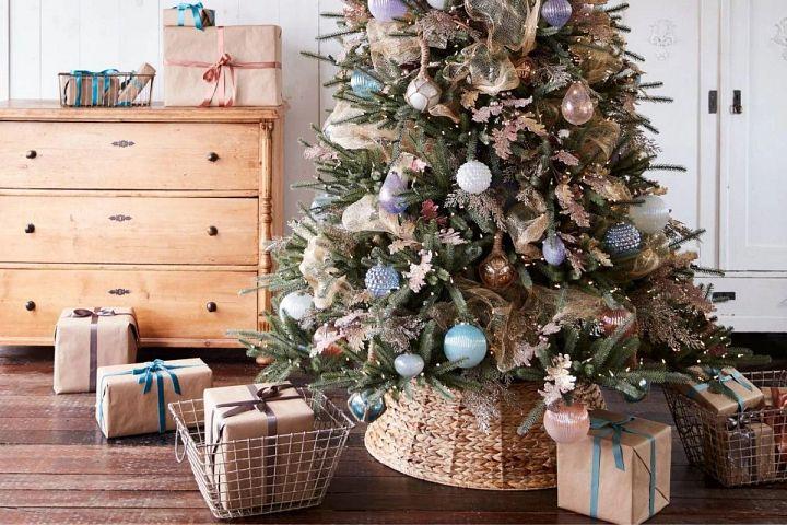 Weihnachtsbaum mit einem Flechtkorb als Baumständer-Abdeckung